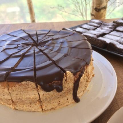 Vår huskaka: en kaka med kräm och karamelliserad mandel