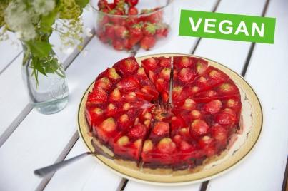 Jordgubbstårta. Vegan med marsipan och choklad.// Strawberry Cake. Vegan with marzipan and chocolate.