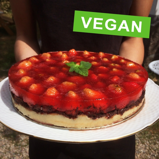 Jordgubbstårta. Vegan med marsipan och choklad.// Strawberry Cake. Vegan with marzipan and chocolate.
