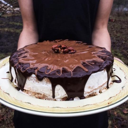 Vårt huskaka! Skiktad krämkaka med karamelliserade mandlar. // Our house-cake! Layered cream cake with caramelized almonds.