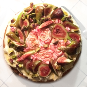 Fig & pistaschaka med Earl Grey och rosor // Fig & pistachio Cake with Earl Grey and roses