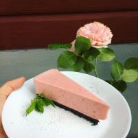 Ostbakad ostkaka med jordgubbar och oreos // Non-bake cheesecake with strawberries and oreos.